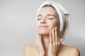 Só Hoje: Higienização Facial + Peeling De Diamante + Drenagem Linfática + Máscara De Ouro em 3 Vezes Sem Juros